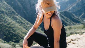 Meisje in sportkleding op berg, sporten warm weer