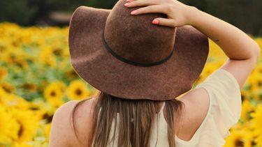 meisje met hoed in zonnebloemveld, zomer activiteiten