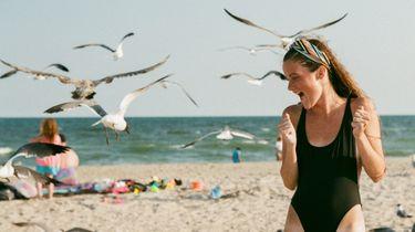 meisje op het strand doet zomerse activiteiten
