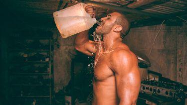 man drinkt meer water