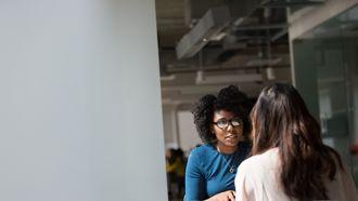 twee vrouwen houden sollicitatiegesprek