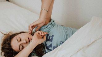 meisje in bed aan het uitrekken, slapen schoonheid