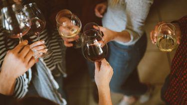 vrienden drinken wijn
