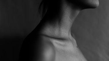 zwart wit foto van een vrouw haar huid