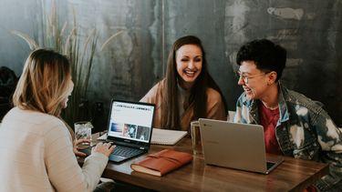 collega's die met elkaar lachen en vrienden zijn