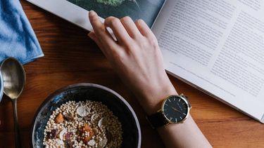 foto van granola, thee en een persoon die boek leest, afvallen lukt niet