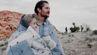 man en vrouw samen onder een deken, relatie daten tips