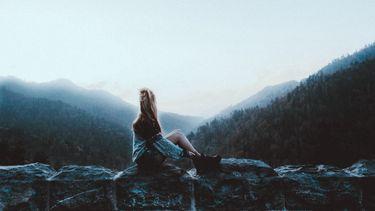 vrouw gaat natuur in om mentale gezondheid te verbeteren