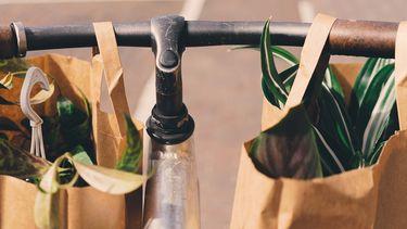 tassen met planten aan stuur, verantwoorde kleding app