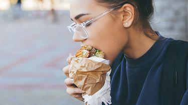 Vrouw eet koolhydraten