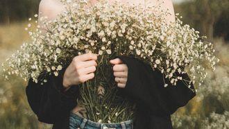 vrouw met bos bloemen