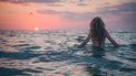 buiten work-out, vrouw in zee, zon