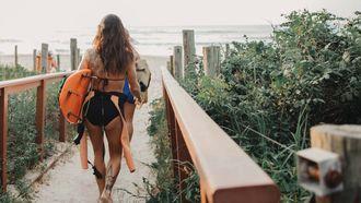 meisjes met surfboards op strand, strand vervelen tips