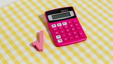 roze rekenmachine op geel tafelkleed