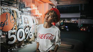 weelderige kapsels / meisje met coca cola trui aan