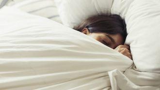 vrouw in bed, migraine aura
