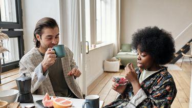 man en vrouw praten over seks
