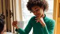 vrouw is bezig om haar uitstelgedrag aan te pakken en schrijft in haar agenda