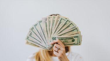 vrouw houdt geld vast