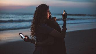 stel die op hun telefoon zit en van wie de relatie op is