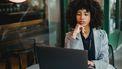 vrouw kijkt bezorgd naar laptop
