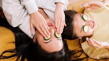 komkommer op ogen leggen