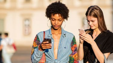 instagram apps, twee vrouwen telefoon