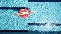 Zomer vrouw in zwembad