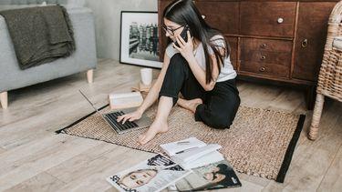 meisje werkt en gebruikt computer van werk