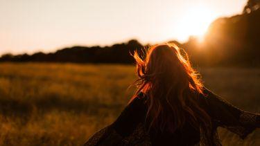 meisje loopt zonsondergang tegemoet