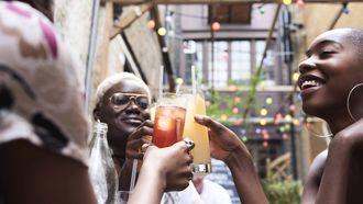 proostende vrouwen, alcohol zonder kater