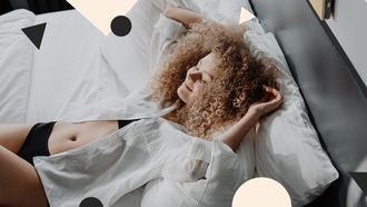 meisje op satijnen kussensloop (beauty pillow)