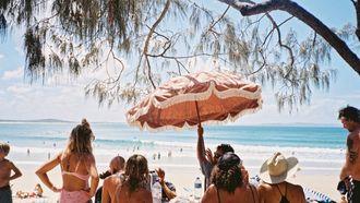 mensen die op het strand zitten